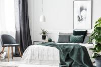 Čalúnené kreslo a manželská posteľ v klasickej spálni