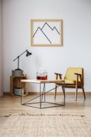 Žlté retro kreslo a malý konferenčný stolík s prírodnými doplnkami