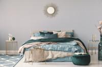 Manželská posteľ v béžovovo-modrej glamour spálni