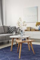 Sada drevených stolíkov v škandinávskej obývačke