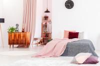 Veľká posteľ a ružové doplnky v romantickej spálni