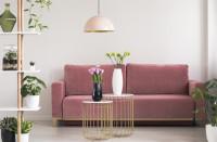 Ružová pohovka a sada kovových stolíkov