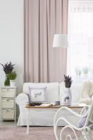 Biela pohovka a ružový záves v provensálskej obývačke