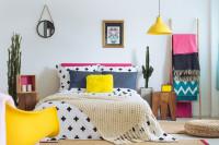 Manželská posteľ v bohémskej spálni s pestrými doplnkami