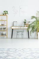 Písací stôl a drevený regál vo svetlej škandinávskej pracovni