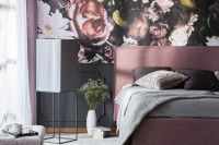 Čalúnená manželská posteľ v glamour spálni