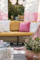 Ratanová záhradná sedačka s dekoračnými vankúšmi