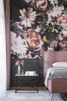 Čalúnená manželská posteľ a odkladací stolík v glamour spálni