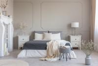 Manželská posteľ v sivo-bielej klasickej spálni
