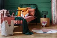 Čierna kovová posteľ v zeleno-ružovej detskej izbe