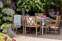 Záhradné posedenie s masívnymi teakovými stoličkami