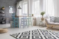 Barové stoličky v pastelových farbách vo svetlej škandinávskej obývačke