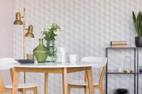 Okrúhly stôl a drevené stoličky v bielej retro jedálni