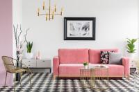 Ružová pohovka v čiernobielej glamour obývačke