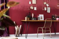 Písací stôl v pracovni s bordovou stenou