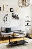 Sivá pohovka a čierny kovový nábytok v industriálnom štýle
