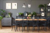 Dlhý stôl a drevené stoličky v elegantnej sivej jedálni