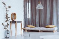 Toaletný stolík s okrúhlym zrkadlom a posteľ z paliet