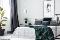 Veľká posteľ s dekoračnými vankúšmi a dekami