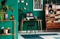 Písací stôl v pracovni so zelenou stenou