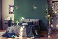 Pohodlná posteľ v klasickej spálni so zelenou stenou