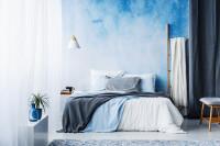 Manželská posteľ v modro-bielej spálni