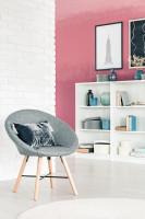 Sivá čalúnená stolička v obývačke s ružovou stenou