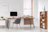 Subtílny písací stôl vo svetlej pracovni