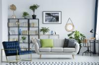Obývačka so sivou pohovkou a modrým kreslom