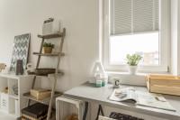 Písací stôl a police na knihy vo svetlej pracovni
