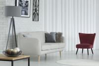 Bordové kreslo v kontraste s pohovkou a zariadením v bielej farbe