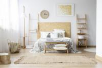 Manželská posteľ a lavica vo svetlej bohémskej spálni