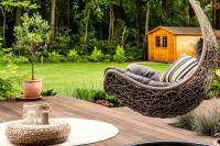 Závesné záhradné kreslo a prírodné dekorácie na terase