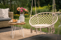 Závesné kreslo a okrúhly stolík na terase