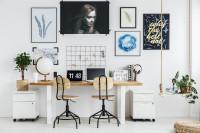 Minimalistický písací stôl v bielej pracovni