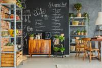 Čierna popisovateľná stena v bohémskej jedálni