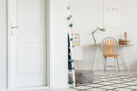 Drevený písací stôl a stolička v škandinávskej pracovni