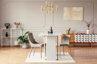 Dizajnová jedáleň s nízkou komodou v retro štýle