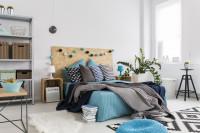Manželská posteľ s dekoračnými vankúšmi v boho spálni