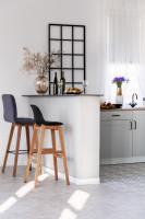 Drevené barové stoličky v bielej kuchyni