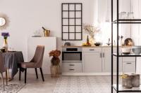 Jedálenský stôl a stoličky v bielej kuchyni