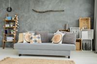 Sivá pohovka s dekoračnými vankúšmi v boho obývačke