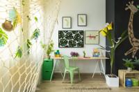 Písací stôl a stolička v detskej izbe s rastlinnými dekoráciami