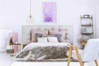 Čalúnená manželská posteľ vo svetlej glamour spálni