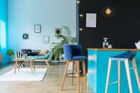 Barové stoličky v modro ladenej obývačke s kuchyňou