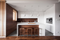 Drevené barové stoličky v elegantnej hnedo-bielej kuchyni