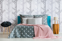 Priestranná manželská posteľ v útulnej škandinávskej spálni