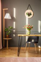 Pracovný stôl a sivá retro stolička elegantnej dámskej pracovni