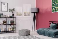 Sivá stojanová lampa v obývačke s bordovou stenou