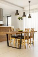 Jedálenský stôl s kovovou podnožou a drevené stoličky